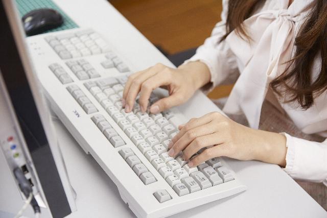 パソコンキーボードと女性