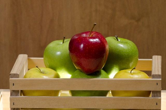 リンゴと木箱