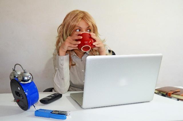 オフィスでコーヒーを飲む女性